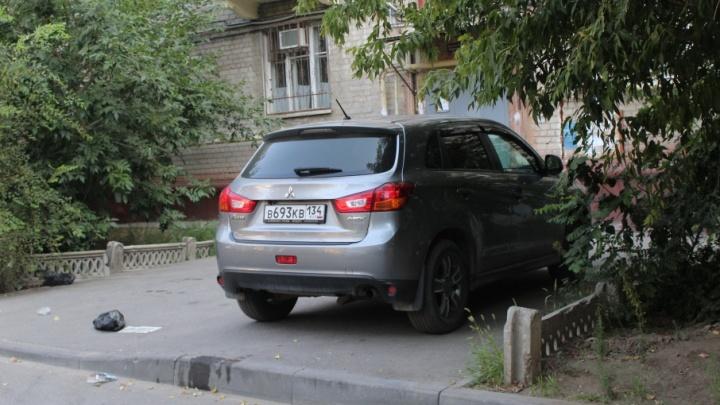 «Я паркуюсь, как ...»:  автохамы вытесняют пешеходов