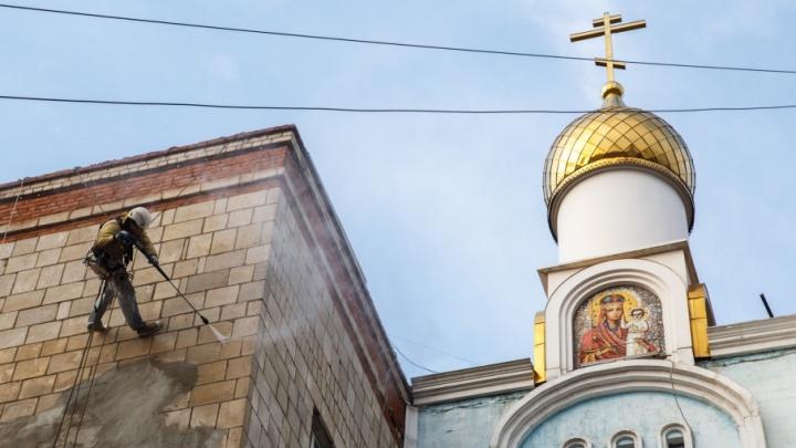 В Волгограде начали отмывать засаленные стены «хрущёвок» к ЧМ-2018
