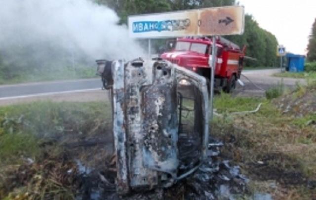 В Ярославской области перевернулась и сгорела иномарка