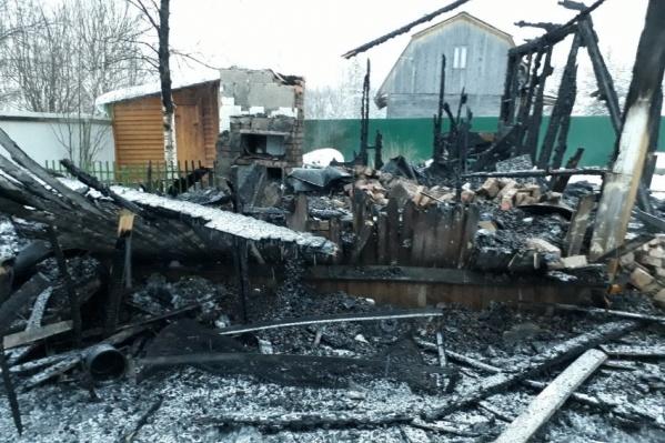 Щитовой дом выгорел полностью