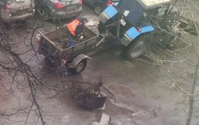 Дешево и сердито: в центре Ярославля рабочие изобрели свой экспресс-ремонт дорожных ям