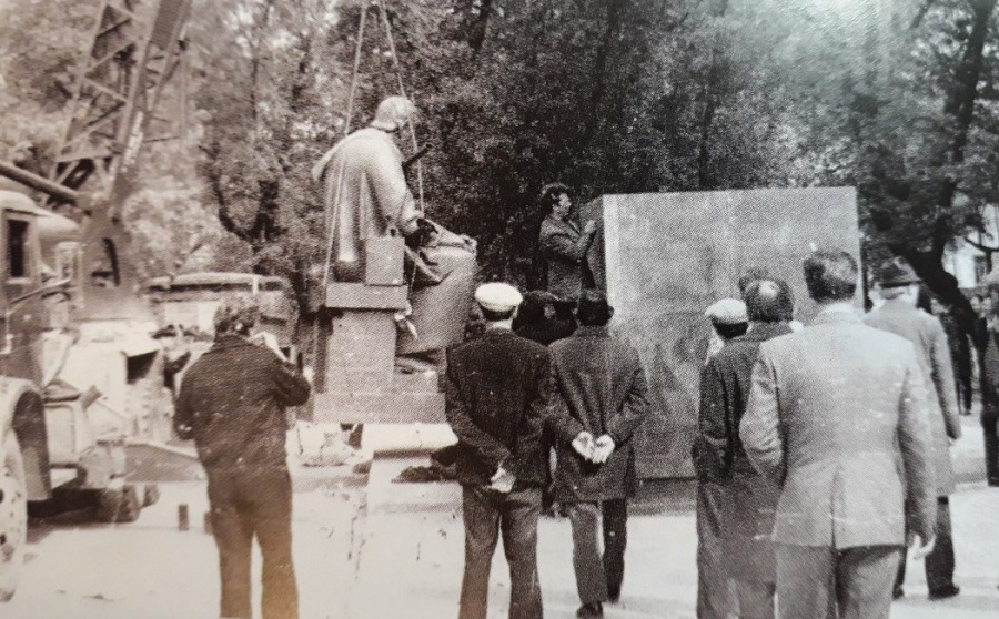 Установка памятника в сквере.