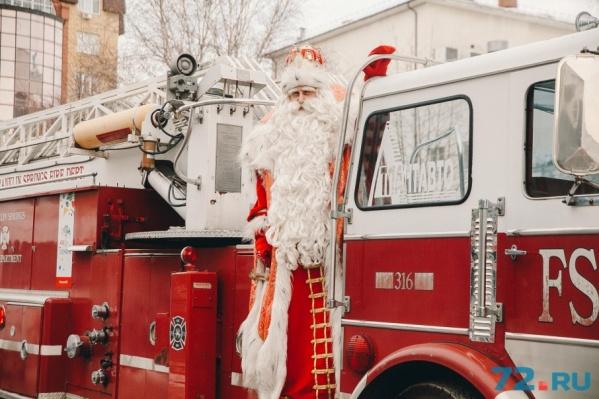 Въехал на встречу с тюменцами Дед Мороз на... пожарном автомобиле. Необычно. В 2016 году был на санях