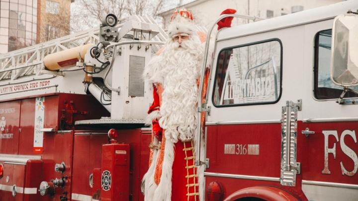 «Дети просят в подарок iPhone, взрослые - здоровья»: как тюменцы встречали Деда Мороза из Великого Устюга
