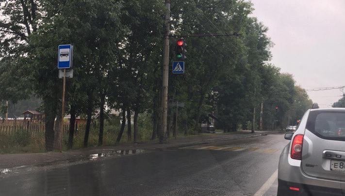 Стоять нельзя ехать: брагинский светофор одновременно горел красным и зеленым