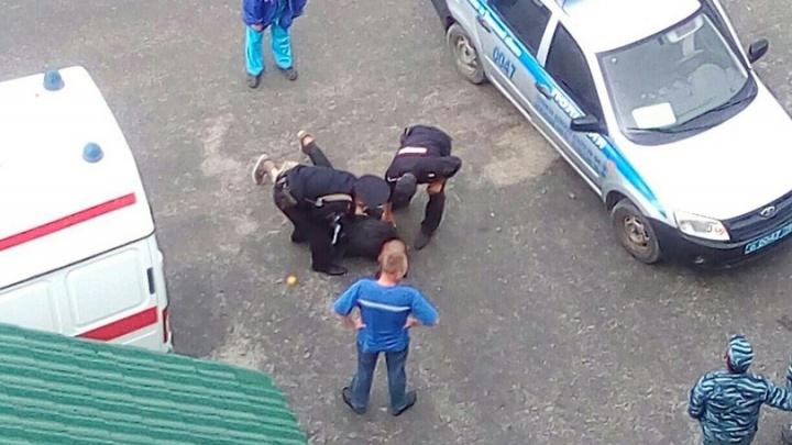 Тюменские полицейские сняли с крыши  мужчину с веревкой на шее