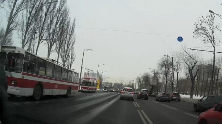 На Московском шоссе из-за аварии на сетях встали троллейбусы