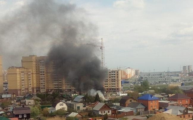 На улице Пышминской в Тюмени загорелся частный дом