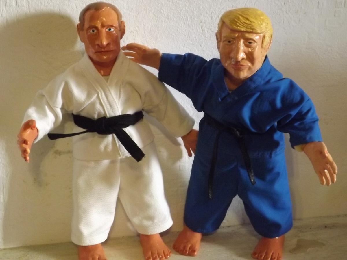 Игрушечные Трамп и Путин в кимоно