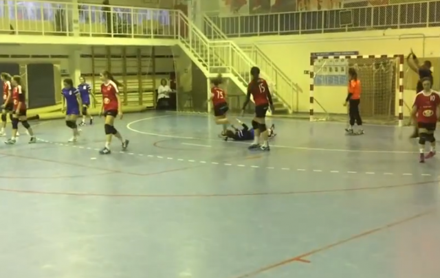 Волгоградские следователи проверяют ролик с гандболисткой, вставшей на голову сопернице