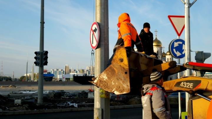На развязке Кирова/Московское шоссе установили новый дорожный знак