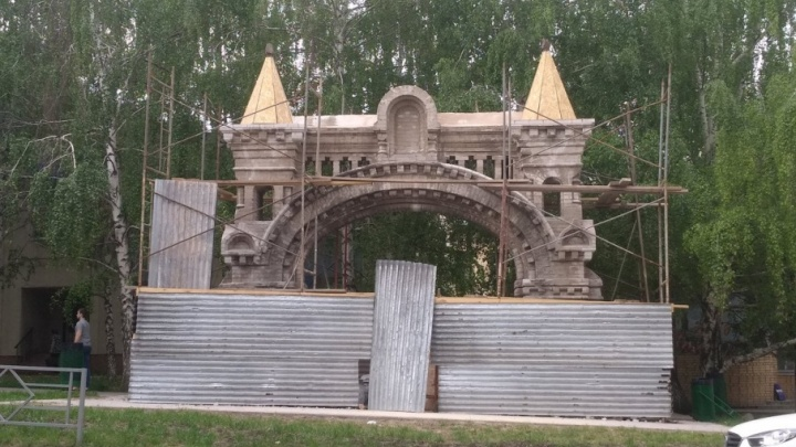 Монастырские ворота на Осипенко закрыли на реставрацию