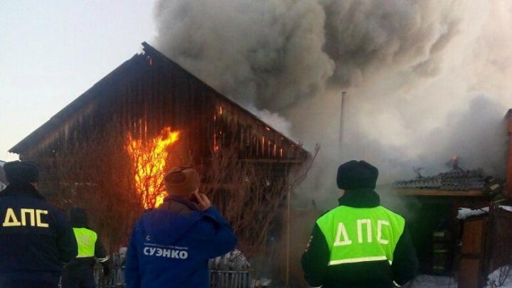 «Это мои родители. Они остались без всего»: пожарные спасли двух человек из горящего дома в Ишиме
