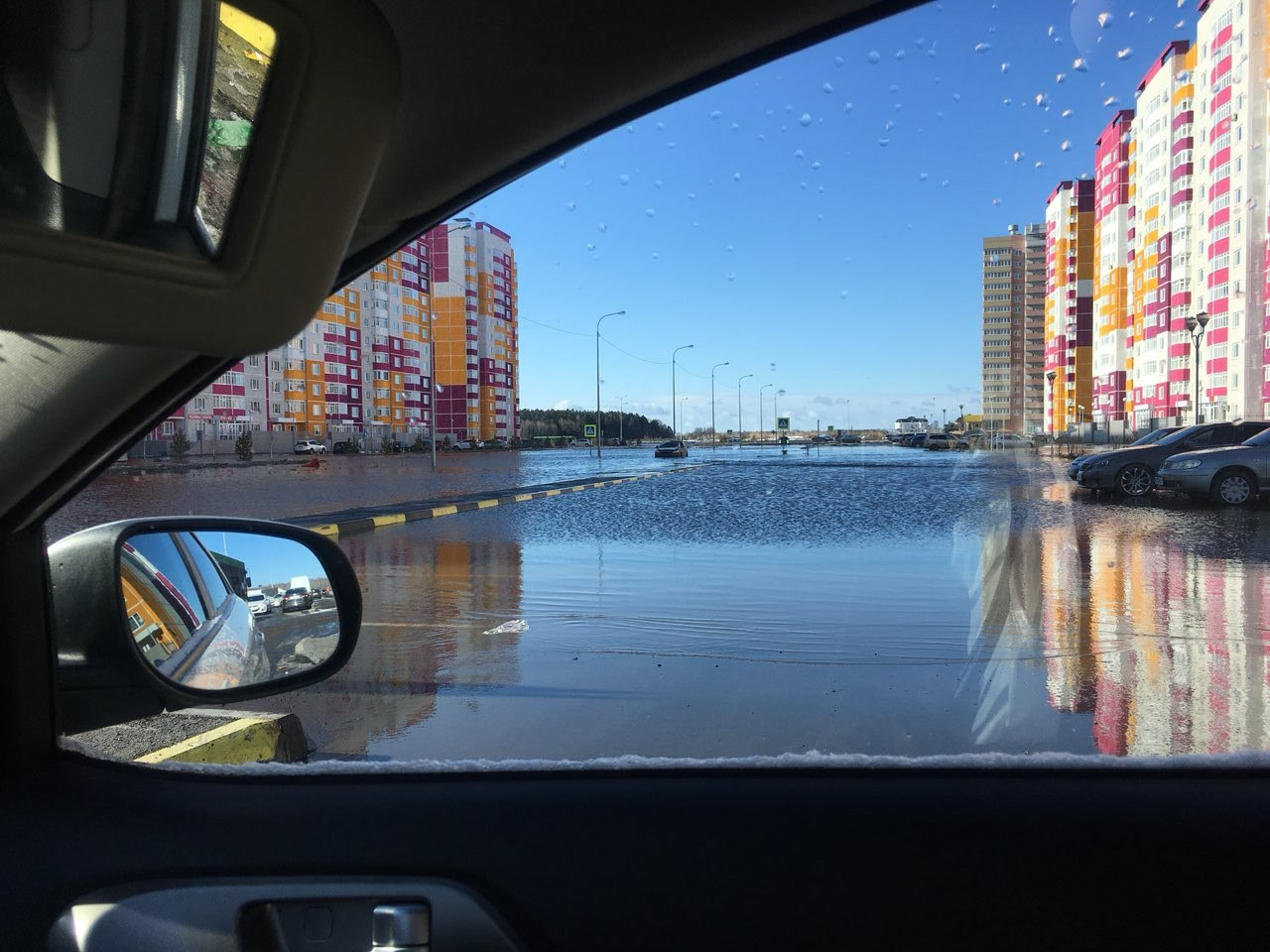 Вода вплотную подошла к многоквартирным домам