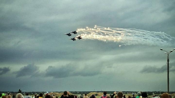 «Русские витязи» и выставка вооружения: фоторепортаж с авиашоу в Ростове