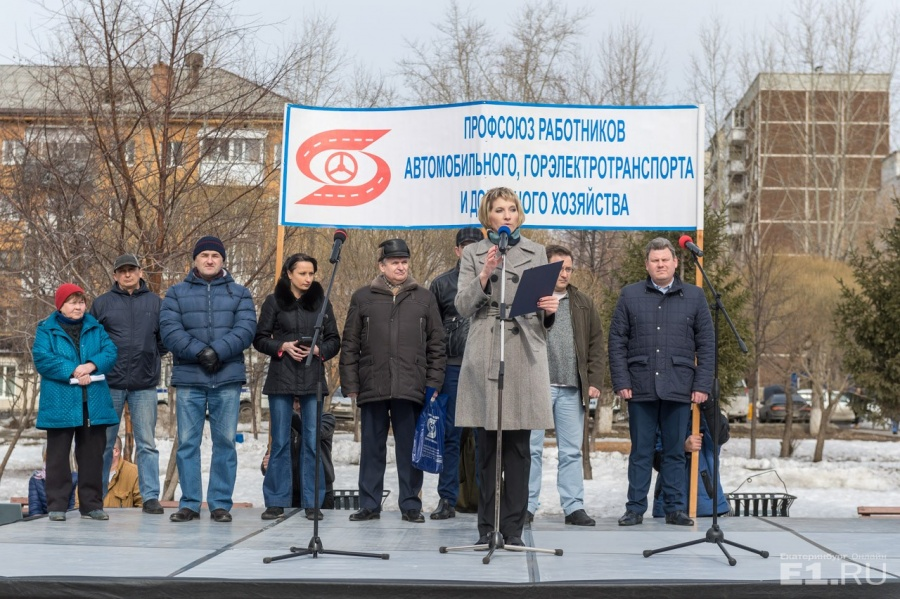 Председатель Свердловского профсоюза работников автотранспорта и дорожного хозяйства Ольга Соловьёва выступает перед митингующими.