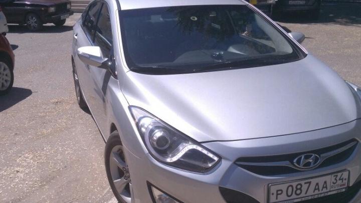 В Волгограде машина с номерами администрации выселила водителей с парковки детской больницы