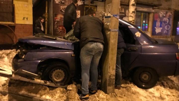 В Тольятти около Центрального парка «десятка» застряла между деревом и столбом