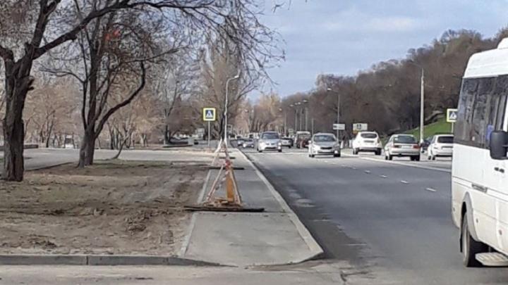 На нулевой продольной Волгограда столбы поставят посреди тротуаров