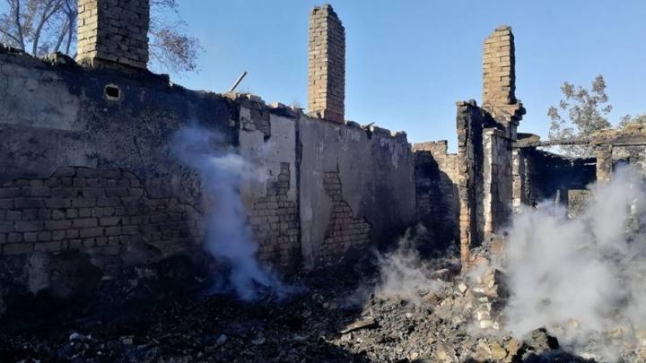 В Волгограде всю ночь тушили одноэтажный жилой барак рядом с воинской частью