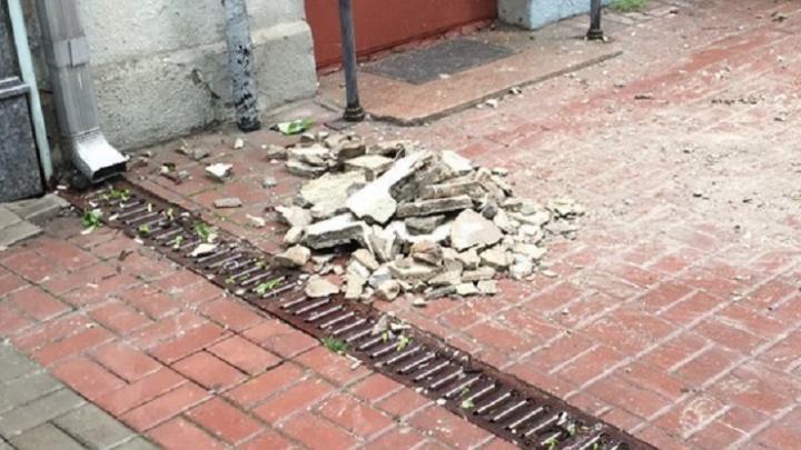 Кусок бетона упал с ростовской высотки на Пушкинской