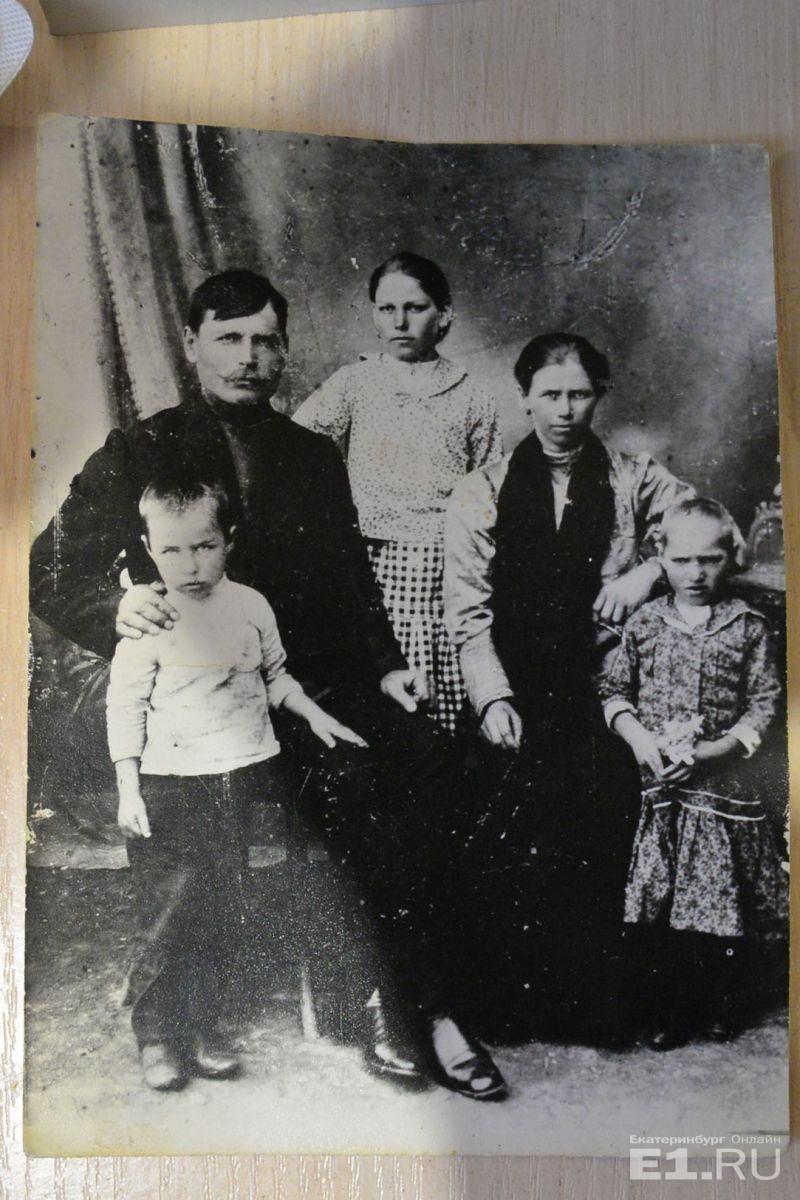Маленький мальчик — это Александр Герасимович, рядом его отец Герасим Егорович, старшая сестра Анна, мама Татьяна Николаевна и младшая сестра Вера. Всего в семье было 13 детей. Одна из его младших сестёр живёт в Батайске, ей 96 лет, и с Александром Герасимовичем они общаются по скайпу.