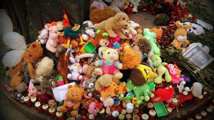 К мемориалу в память о погибших в Кемерово принесли сотни игрушек. Что с ними будет