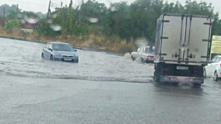 Объездную дорогу и дворы в Александровке затопило после ливня