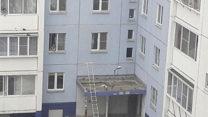 Двухлетний малыш выпал из окна в Челябинске
