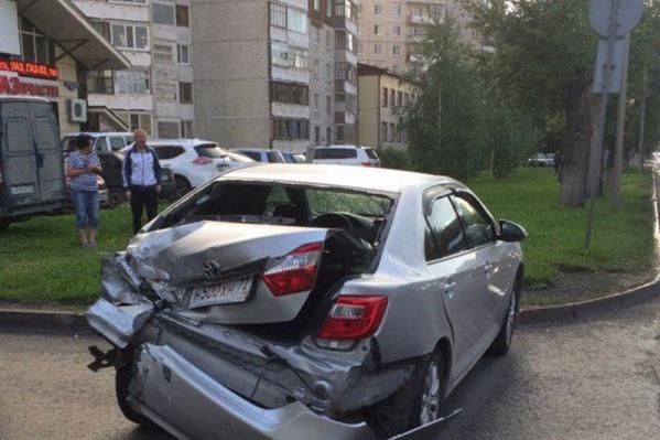 От удара Toyota отлетела на припаркованный автомобиль KIA