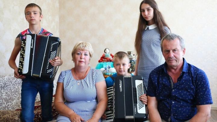 Счастливы вместе: супруги из Ростовской области приютили троих сирот