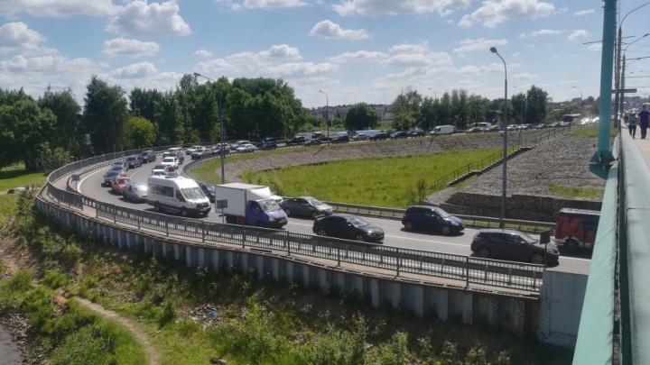 Перекрыли мост через Которосль: город встал в пробки