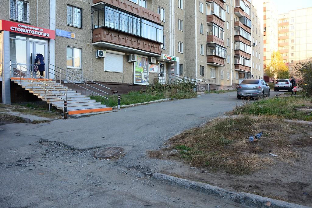 В одном из дворов по улице Молодогвардейцев распознать тротуар мешает раздробленный бордюрный камень
