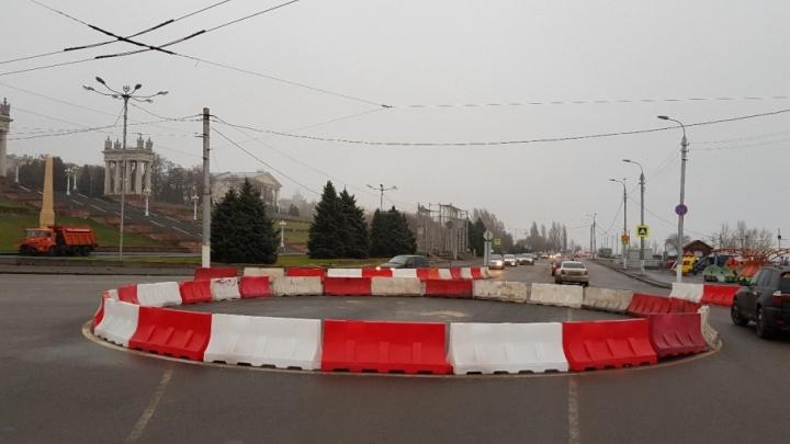 Новое кольцо на Центральной набережной Волгограда украсили дорожными блоками