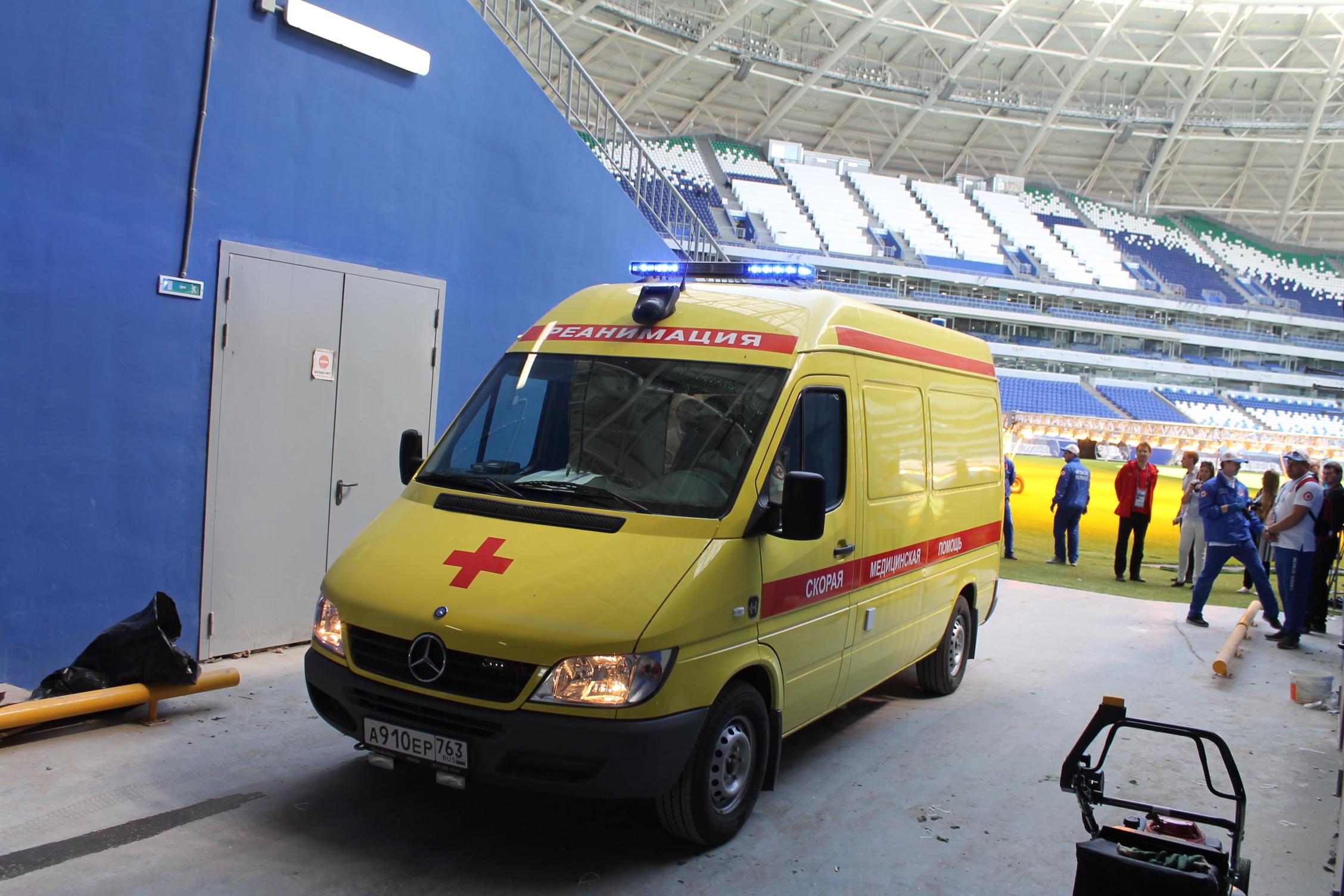 Скорая увозит футболиста в ближайшую больницу