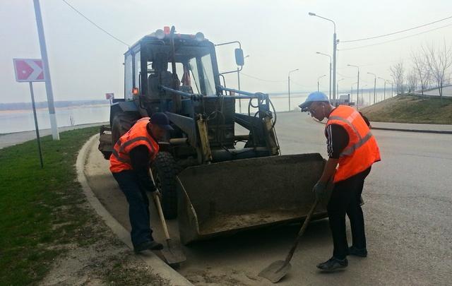 Рабочие МБУ «Северное» вручную чистят от грязи Седьмую Гвардейскую