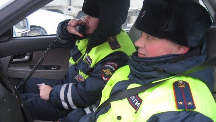 Тюменские ДПС-ники спасли на трассе замерзающего дальнобойщика