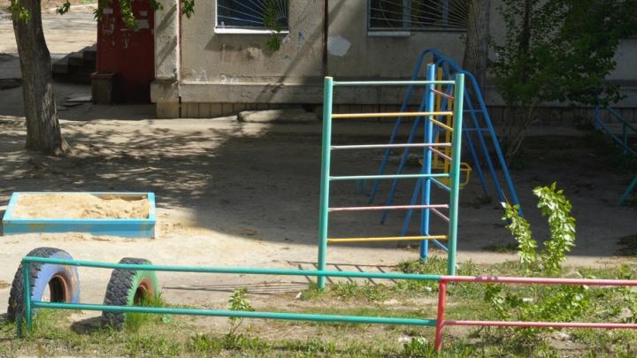 «Травы по колено, карусели облезли»: жители «Паркового» хотят обнести детскую площадку забором