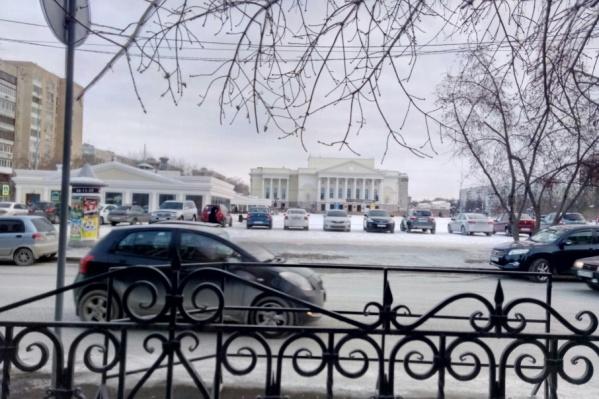 Тюменские водители паркуются прямо на пешеходной зоне площади 400-летия