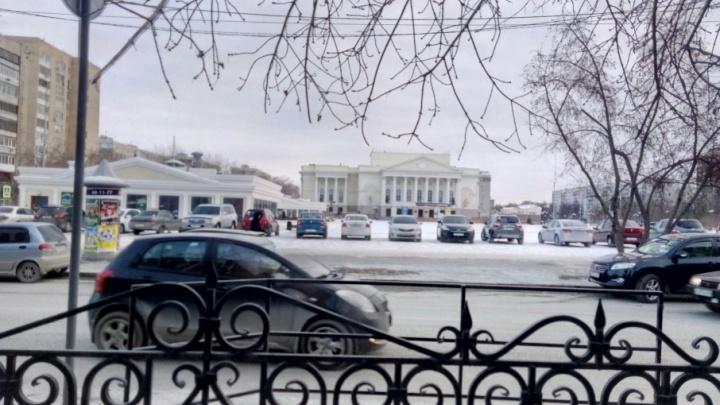 Нет знаков — нет штрафов: тюменцы устроили несанкционированную парковку на площади 400-летия
