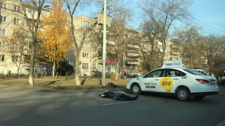 В Челябинске таксист врезался в фонарный столб, погиб пассажир