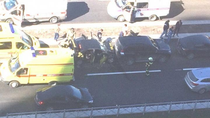 Опять такси: на шоссе Космонавтов легковушка протаранила внедорожник