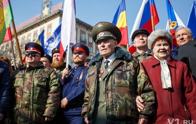 Несколько тысяч волгоградцев с флагами и песнями отметили трехлетие присоединения Крыма