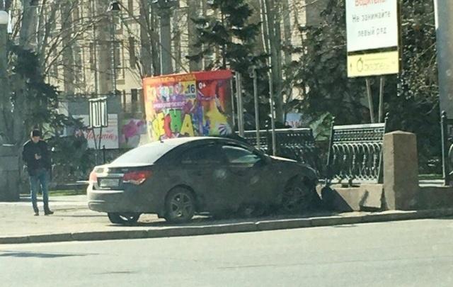 Иномарка врезалась в историческую ограду-подделку в центре Волгограда