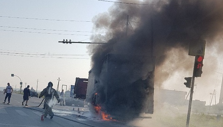Еще один автопожар: рано утром на Федюнинского вспыхнул прицеп грузовика