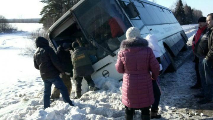 Выбирались через лобовое стекло: в Ярославской области опрокинулся автобус с пассажирами