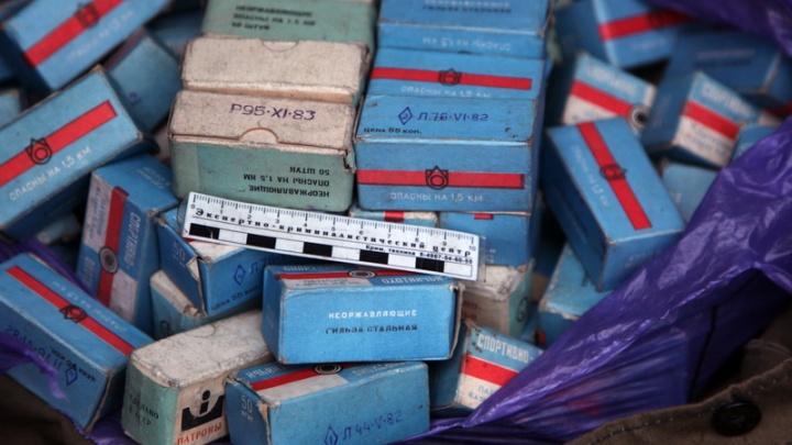 «На сувениры»: в Котласе сотрудник спортивного клуба прятал на работе патроны