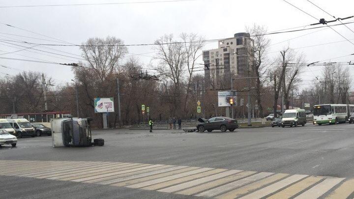 В центре Челябинска BMW «уложил» на бок «Газель» кондитерской фабрики