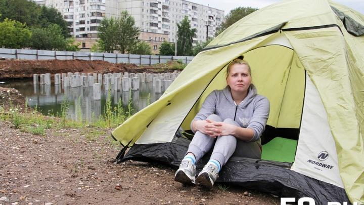 «Я хочу справедливости»: в Перми обманутая пайщица поставила палатку возле своего непостроенного дома