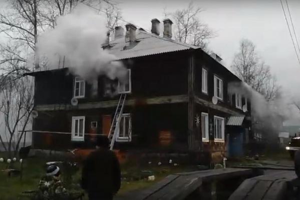 Слаженная работа пожарных помогла отстоять дом